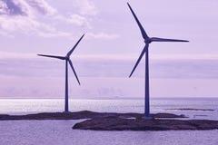 Windturbiner på solnedgången förnybar energi Finland seascape Arkivbilder