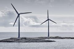 Windturbiner på solnedgången förnybar energi Finland seascape Arkivfoton