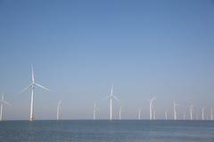 Windturbines в воде производящ альтернативную энергию Стоковое Изображение