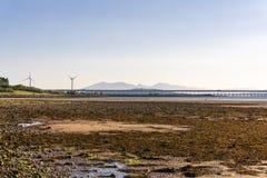 WindTurbines на Fairlie & Arran мглистое на заднем плане на охотнике Стоковое Изображение