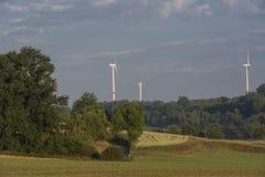 Windturbines achter een bos Royalty-vrije Stock Foto