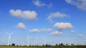 Windturbines die elektriciteit met blauwe hemel produceren Royalty-vrije Stock Foto's