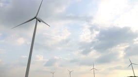 Windturbines die elektriciteit met hemel produceren stock video