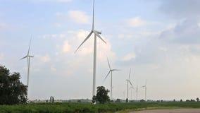 Windturbines die elektriciteit met hemelzon en wolken produceren stock footage