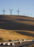 Windturbines e carros Fotografia de Stock