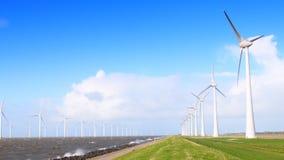 Windturbines em uma tempestade da queda de outubro video estoque