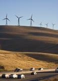 Windturbines en auto's stock fotografie