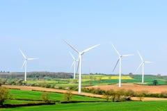 Windturbines en Blauwe Hemel met Wolken over Britse gebieden Royalty-vrije Stock Foto