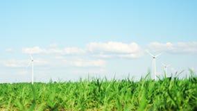 Windturbines en groene installaties stock videobeelden