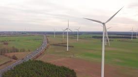 Windturbines en landbouwgebieden op een de zomerdag - Energieproductie met schoon en Duurzame energie - luchtschot stock footage