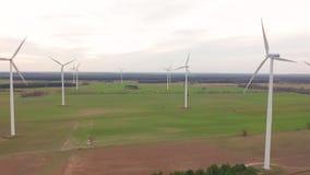 Windturbines en landbouwgebieden op een de zomerdag - Energieproductie met schoon en Duurzame energie - luchtschot stock videobeelden