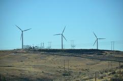 Windturbines en machtslijnen in Centraal Oregon Royalty-vrije Stock Foto's