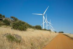 Windturbines en spoor in het platteland Stock Foto's