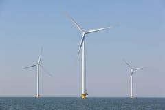 Windturbines in het water die alternatieve energie veroorzaken Royalty-vrije Stock Foto's