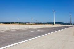 Windturbines im Österreich nahe einer Landstraße. Lizenzfreie Stockfotos