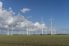 Windturbines met blauwe bewolkte hemel Stock Afbeeldingen