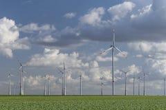 Windturbines met blauwe bewolkte hemel Stock Foto's