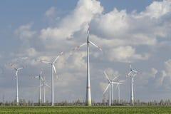 Windturbines met blauwe bewolkte hemel Royalty-vrije Stock Afbeeldingen