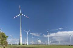 Windturbines met blauwe bewolkte hemel Royalty-vrije Stock Foto's