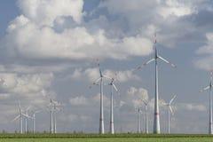 Windturbines met blauwe bewolkte hemel Stock Fotografie