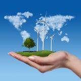 Windturbines met boom in vrouwelijke hand Stock Foto's