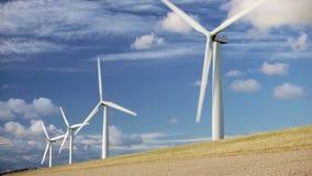 Windturbines op dijk tegen een donkerblauwe hemel stock videobeelden