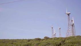 Windturbines op een heuveltop stock video