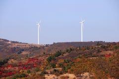 Windturbines op het seizoen van de heuvelherfst royalty-vrije stock afbeelding