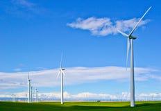 Windturbines tegen blauwe hemel Royalty-vrije Stock Afbeeldingen