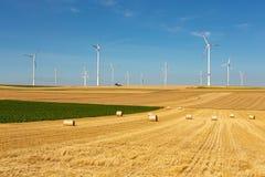 Windturbines in un paesaggio giallo e verde del terreno coltivabile Immagine Stock Libera da Diritti