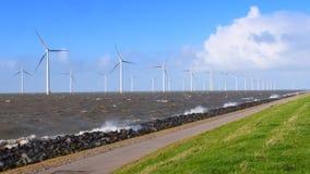 Windturbines in una tempesta di caduta di ottobre archivi video