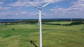 Windturbines van elektriciteit tegen stock video