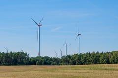 Windturbines/windmolens in landelijk landschap - duurzame energie Stock Afbeelding