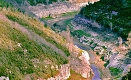 Windung des Flusses, wie er durch die Schlucht überschreitet Stockbilder