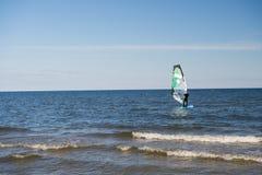 Windurfer surfuje i żegluje Obraz Stock