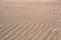 Windwellen im Sand auf dem Strand Stockfoto