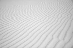 Windwellen im weißen Sand Stockfoto