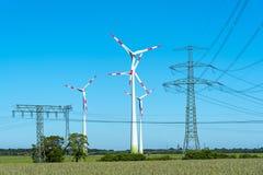 Windwheels и линии передачи энергии в Германии Стоковые Фотографии RF