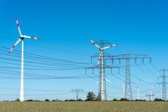 Windwheels и линии передачи энергии в Германии Стоковые Фото