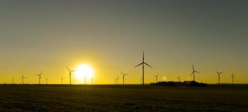 Windwheels и красивый заход солнца увиденный в сельской Франции Стоковое Фото