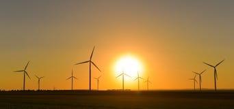 Windwheels и красивый заход солнца увиденный в сельской Франции Стоковое фото RF