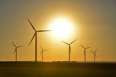 Windwheels и красивый заход солнца увиденный в сельской Франции Стоковые Изображения RF