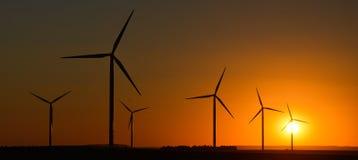 Windwheels и красивый заход солнца увиденный в сельской Франции Стоковые Изображения