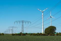 Windwheels и линии передачи энергии в Германии Стоковое фото RF