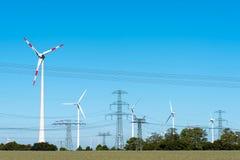 Windwheels и линии передачи энергии в Германии Стоковая Фотография