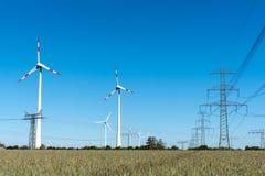 Windwheels и линии передачи энергии в Германии Стоковое Изображение RF