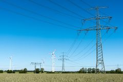 Windwheels и линии передачи энергии в Германии Стоковое Изображение