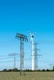 Windwheels и линии передачи энергии в Германии Стоковое Фото