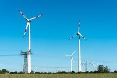 Windwheels и линии передачи энергии Стоковые Фото