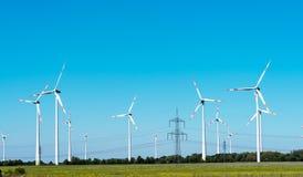 Windwheels и надземные кабели в Германии Стоковая Фотография RF